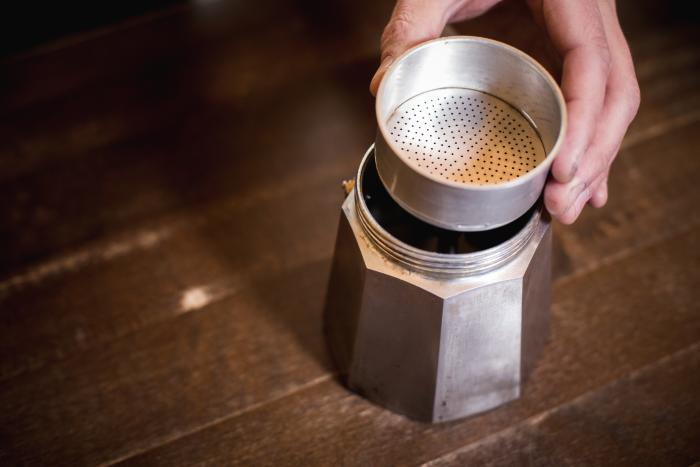 Setze das Sieb für das Espressopulver in den unteren Teil des Espressokochers ein.