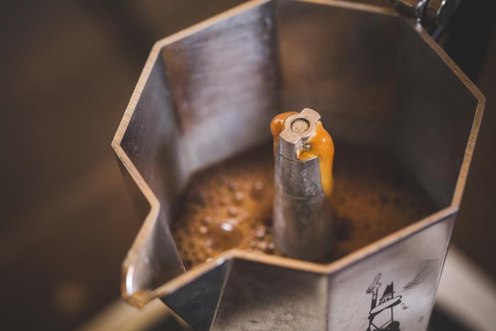 Durch das Steigrohr steigt der fertige Espresso in den oberen Teil der Kanne.
