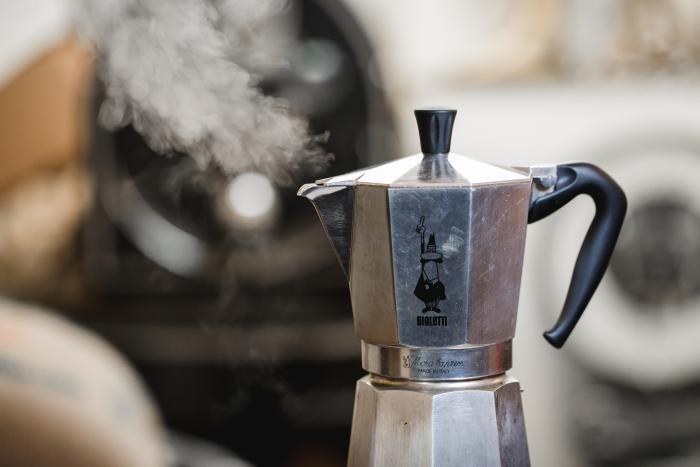 Dass der Espresso fertig ist erkennst Du an dem Dampf, der nach dem Aufkochen aus dem oberen Teil der Kanne emporsteigt.