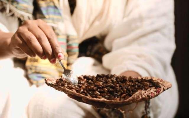 Die rohen Kaffeebohnen werden zunächst über dem offenen Feuer geröstet.