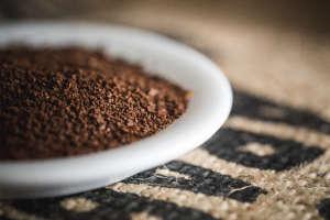 Grob gemahlene Kaffeebohnen haben eine kleine Oberfläche und empfehlen sich für die French Press