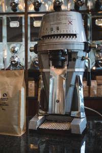 Kaffeemühle von Mahlkönig VTA 6S vor den Kaffeeschütten in der Rösterei