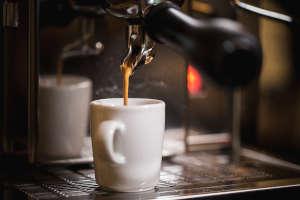 Mit einem Siebträger wird der Espresso eingespannt - der richtige Mahlgrad bestimmt, wie gut der Kaffee schmeckt, der in der Tasse landet.