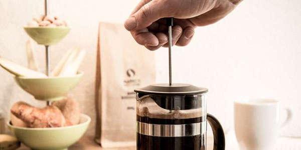 Für einen guten Kaffee solltest Du den Presstempel der French press langsam herunterdrücken