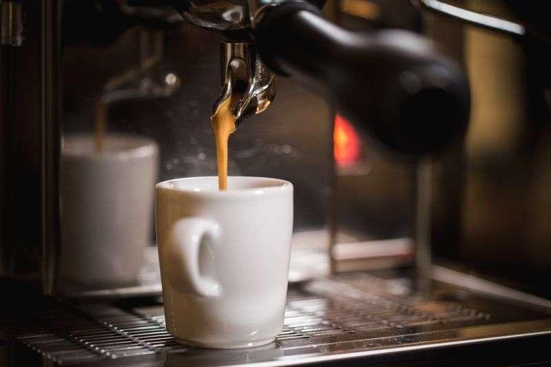 Starte den Bezug an der Siebträgermaschine und lass den Espresso in Deine vorgewärmte Espressotasse einlaufen.