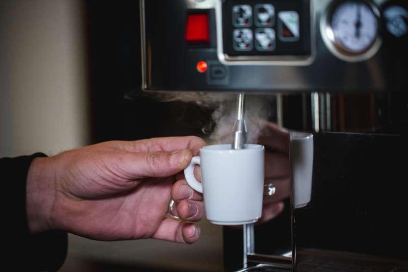 Wärme die Tasse vor, damit der Espresso später nicht so schnell abkühlt.