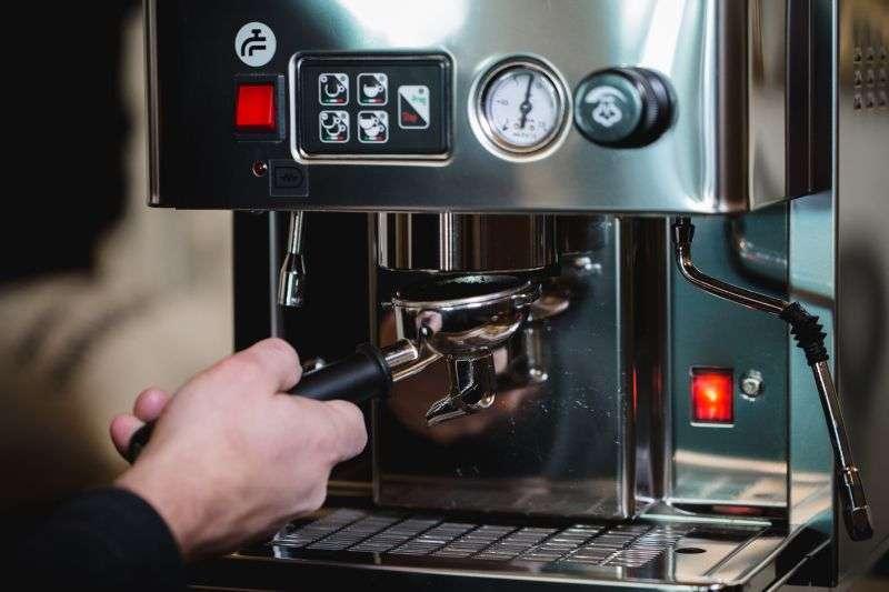 Spanne den Siebträger mit in mit einer Viertel-Bewegung in das Gegenstück an der Maschine ein.