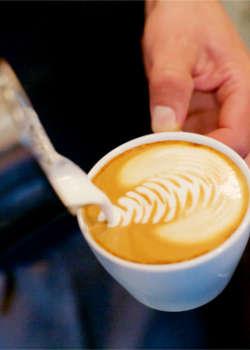 Herstellung eines Cappuccino Latte Art