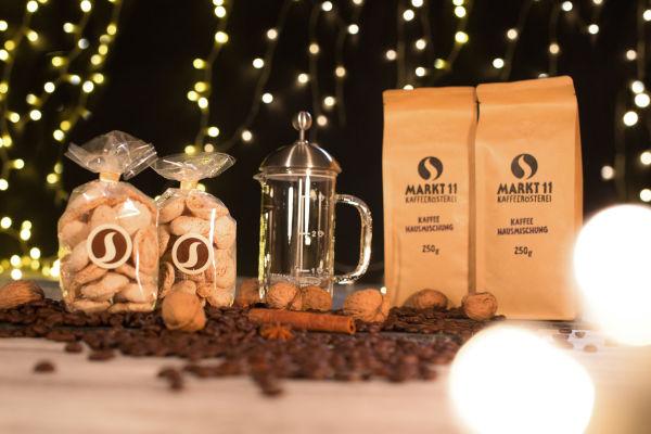 Kaffee, Amarettini und eine French Press in einer Box: was will man mehr
