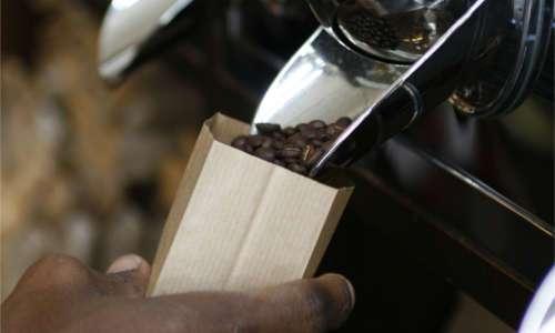 Aus den großen Kaffeeschütten werden die einzelnen Verpackungen abgefüllt